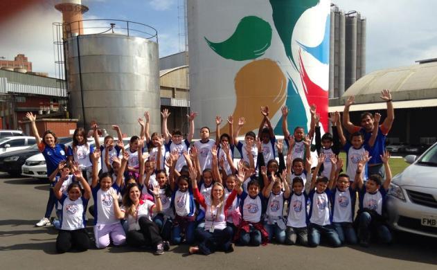 Alunos do projeto Vôlei em Rede, dos Núcleos Itu/SP, visitam fábrica da Brasil Kirin e se divertem por lá