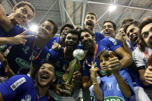 Levantador do Sada Cruzeiro (na ponta esquerda) participa das categorias infanto-juvenil, juvenil e adulto do time.