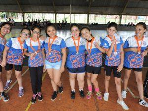 Crianças e adolescentes recebem medalhas de participação no Festival Internúcleos.