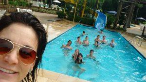 Alunos do Núcleo Guarapuava/PR do projeto Vôlei em Rede aproveitam parque aquático com a professora Valdinéia Lemos.