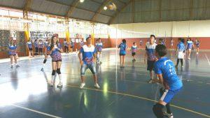 Festivais Internúcleos promovem interação e muito minivôlei para crianças e adolescentes do projeto Vôlei em Rede no Paraná.