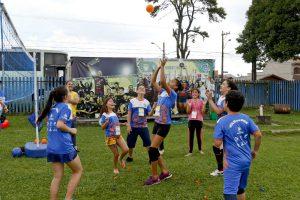 Além dos jogos de minivôlei, participantes se divertem em várias outras atividades promovidas, como o volagua (brincadeira com bexigas d'água).