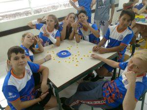 Além de voleibol, crianças aproveitam para interagir com outras atividades e também praticar os valores aplicados.