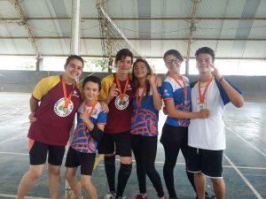 Alunos recebem medalha de participação no Festival de Final de Ano.